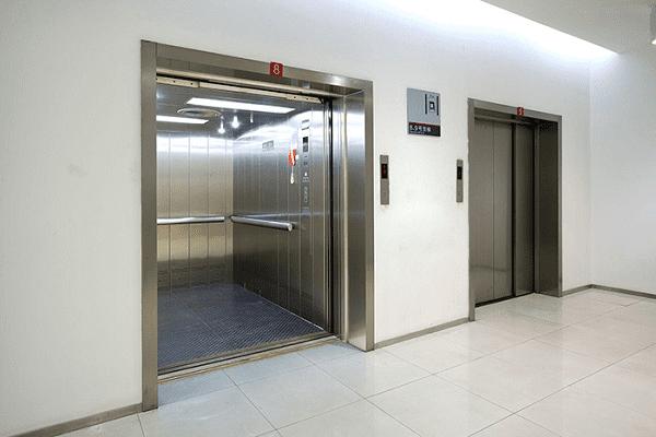một số đặc điểm của thang máy chở hàng